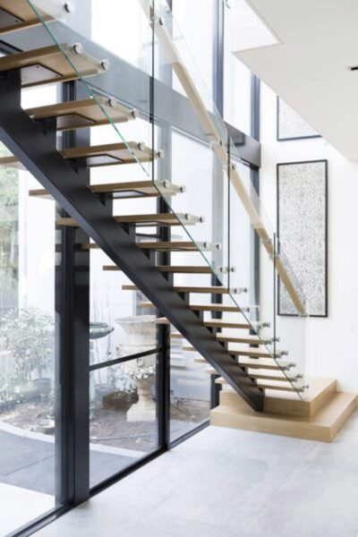 Cầu thang kính bậc gỗ sồi