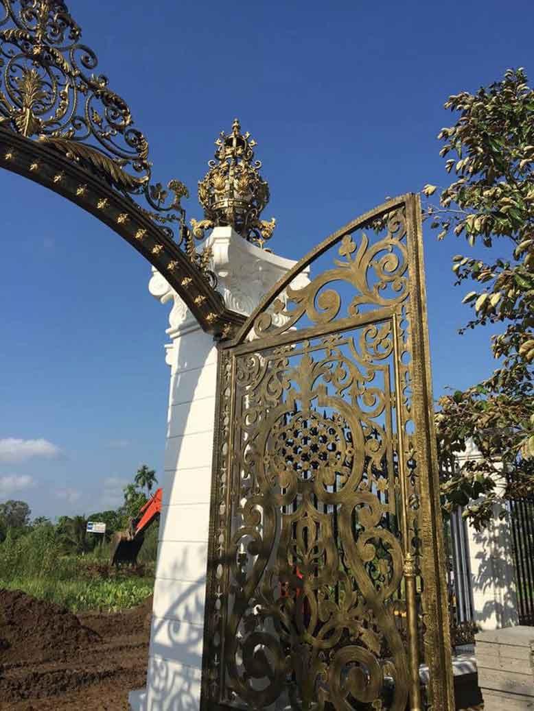 Thiết kế biệt thự tân cổ điển tại Cần Thơ với cổng chính cầu kỳ và tỉ mỉ