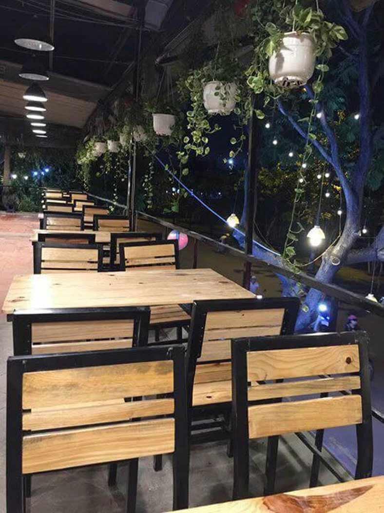 Bàn ghế theo thiết kế quán ăn đơn giản, đậm chất thôn quê