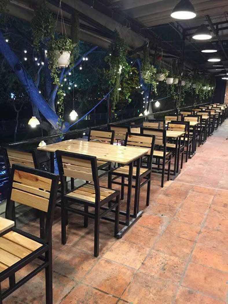 Bàn ghế theo thiết kế quán ăn đơn giản, mộc mạc