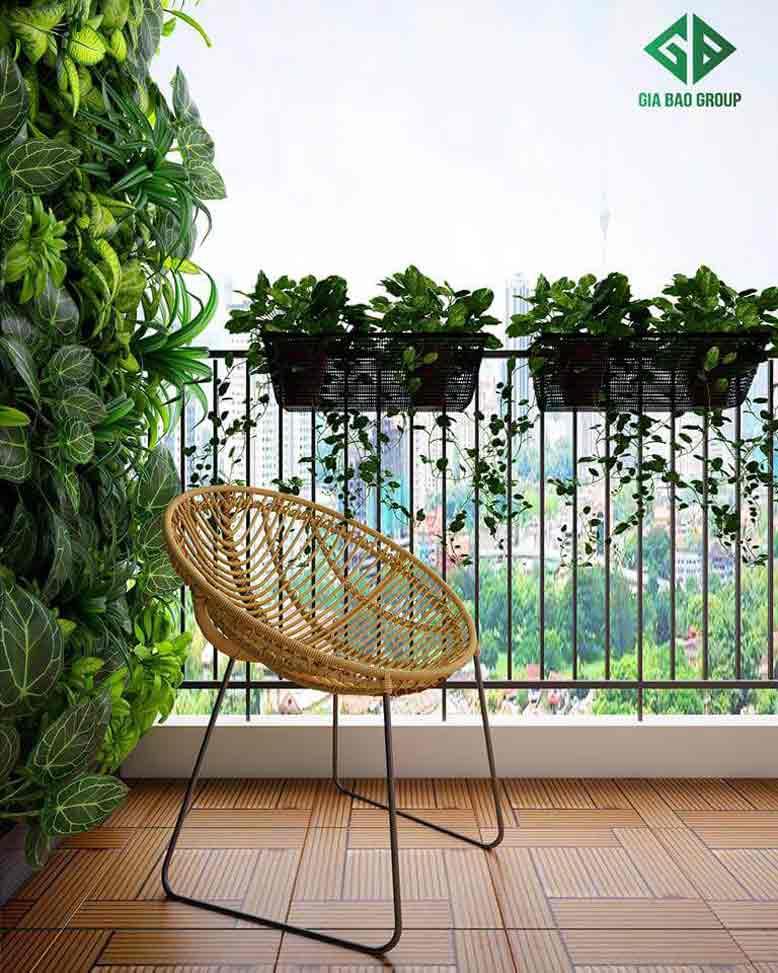 Ghế mây tạo điểm nhấn cho không gian xanh ban công trong thiết kế nội thất căn hộ chung cư Duplex