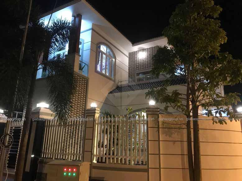Khung cảnh ấm áp về đêm của mẫu biệt thự 2 tầng hiện đại