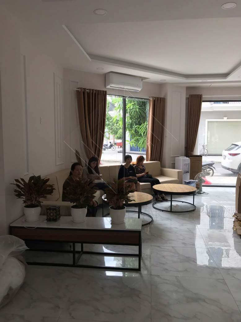 Phòng lễ tân đón khách trong thiết kế nội thất spa Aura Vincom Vĩnh Long