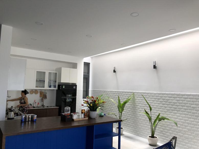 Không gian phòng bếp của biệt thự mini 2 tầng rộng rãi