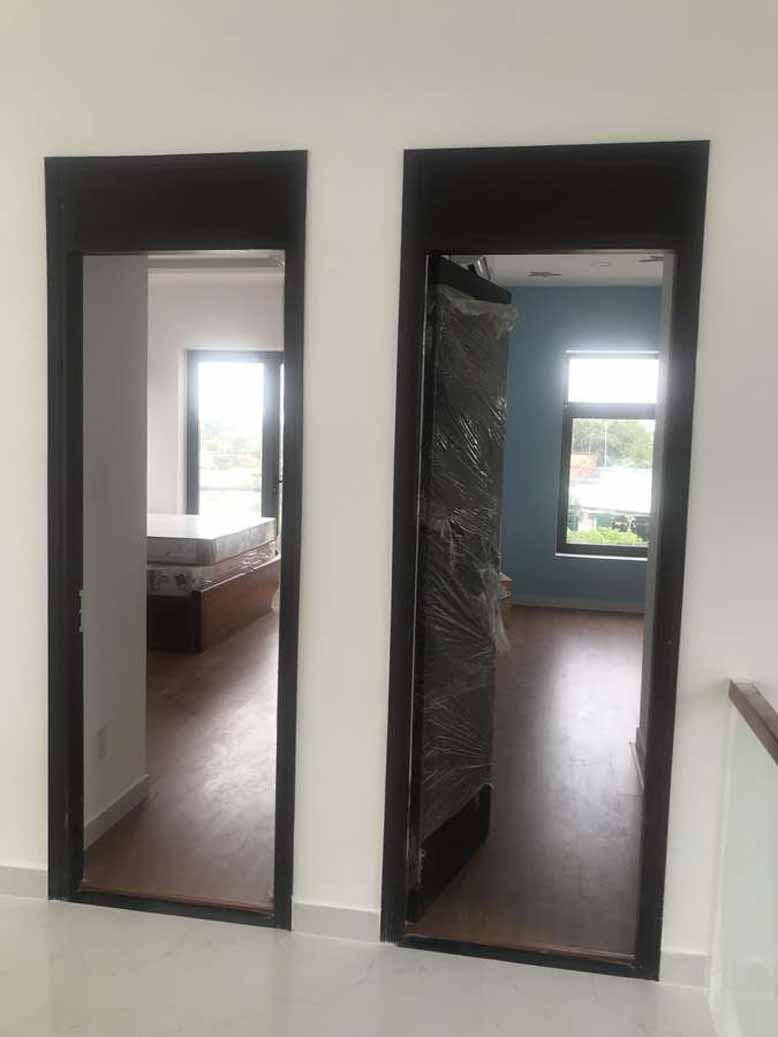Cửa phòng biệt thự nhà vườn 2 tầng mái thái