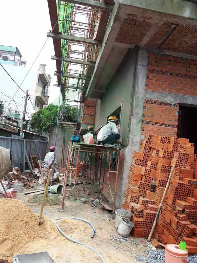 Dự án công trình xây dựng nhà phố 3 tầng hiện đại dần hoàn thiện
