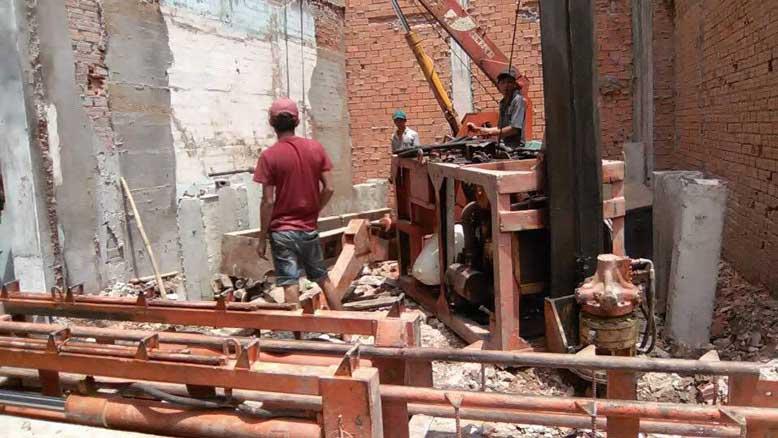 Các công nhân tại công trình thi công nhà phố diện thích nhỏ