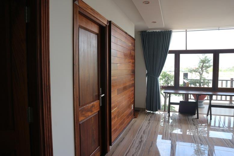 Cửa phòng ngủ làm bằng gỗ tự nhiên cao cấp