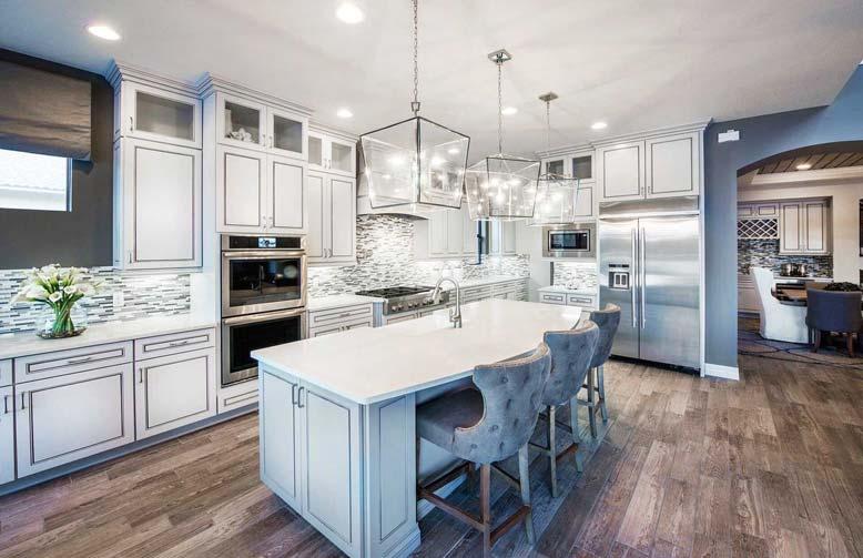 Ánh sáng trắng và vàng thường thấy trong nội thất bếp đẹp tân cổ điển