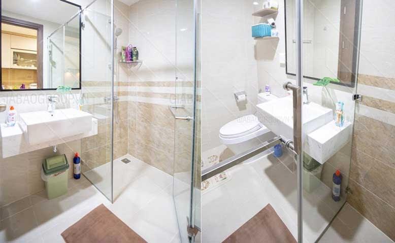 Nội thất căn hộ chung cư cho phòng tắm sạch sẽ với tông màu trắng