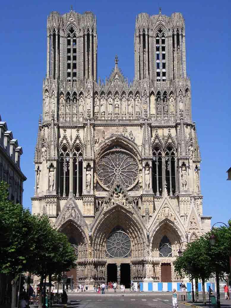 Cửa sổ lớn để lấy ánh sáng tự nhiên vào trong của kiến trúc Gothic