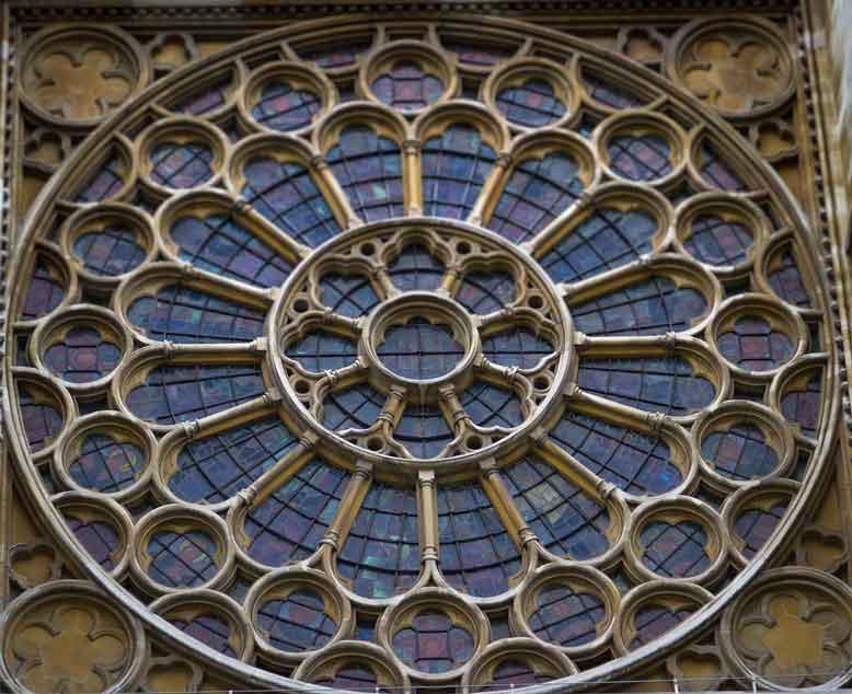 Cửa sổ ở phần giữa theo kiến trúc Gothic