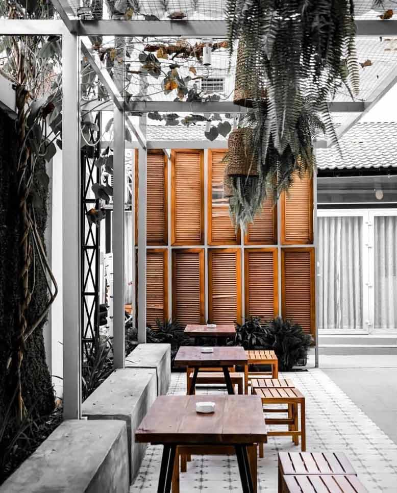 Một góc không gian khu vực bên ngoài yên bình của quán cafe đẹp ở Sài Gòn