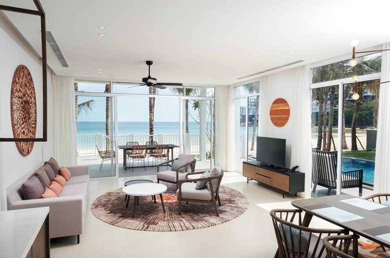 Phòng khách đẹp miên man với view biển sát một bên