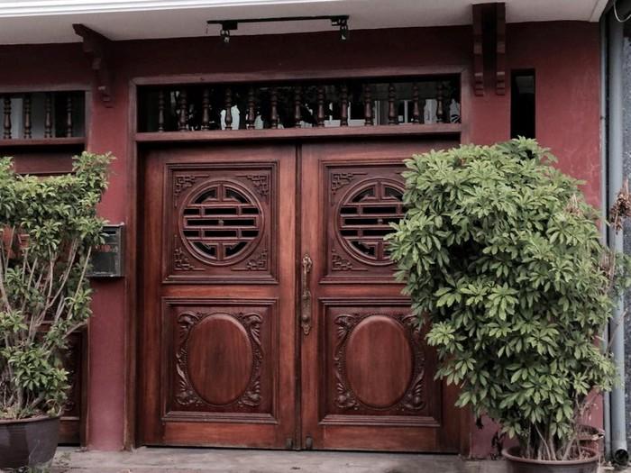 Cổng nhà đẹp làm bằng gỗ sang trọng