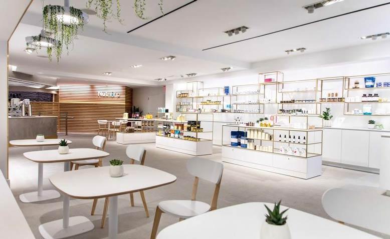 Thiết kế shop mỹ phẩm với tông trắng sáng và mát mẻ