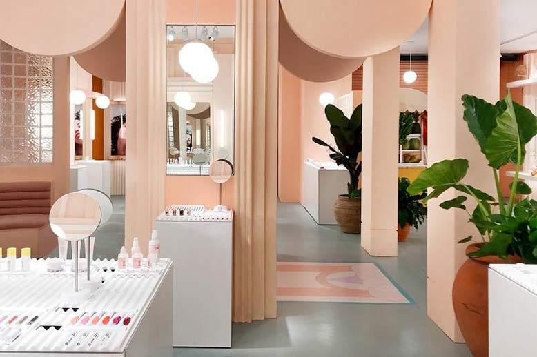 Nội thất shop mỹ phẩm với tông hồng pastel