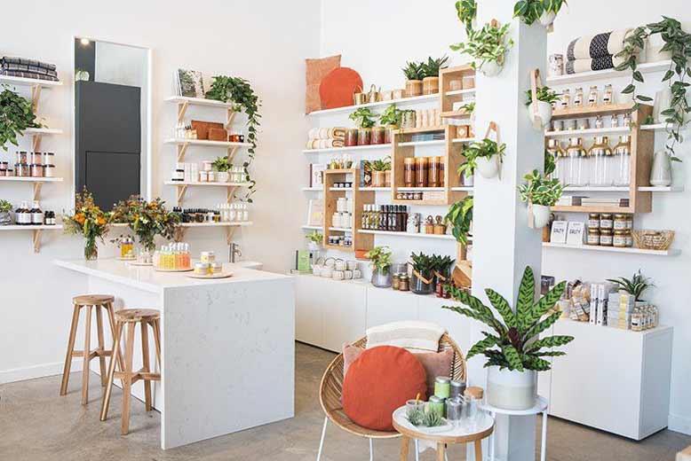 Gợi ý không gian shop mỹ phẩm trưng bày với cây xanh