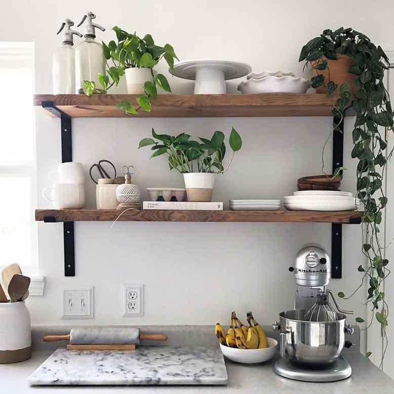 Kệ treo tường gỗ đơn giản là nguồn cảm hứng giúp tâm trạng thoải mái mỗi khi bước vào căn bếp