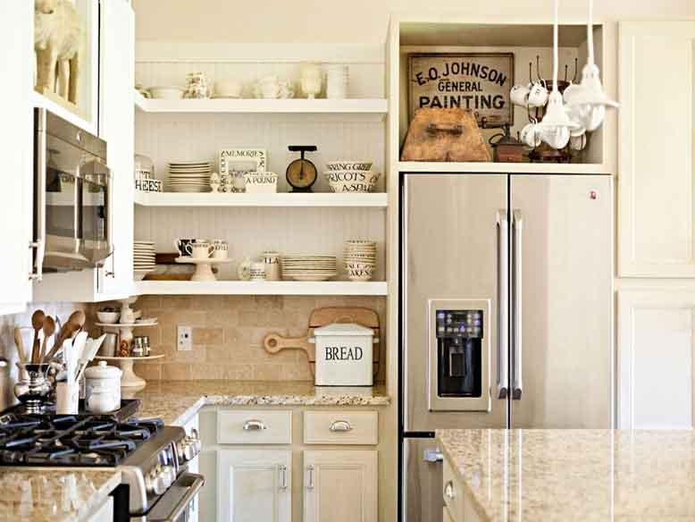 Không gian phòng bếp liền mạch và thoáng đãng với mẫu kệ treo tường lạ mắt