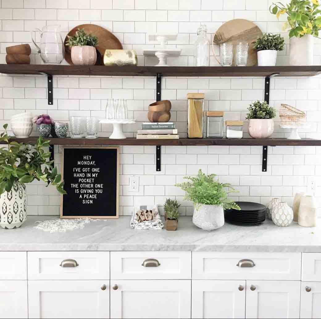 Cách sắp xếp đồ dùng kết hợp mẫu kệ treo tường tường phòng bếp đẹp thu hút