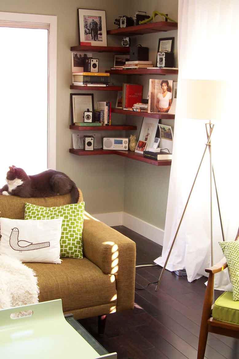 Mẫu kệ treo tường đơn giản là lựa chọn tuyệt vời cho không gian phòng khách nhỏ