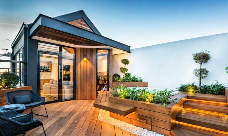 Mẫu sân thượng nhà phố đẹp mắt với hệ thống sàn gỗ phối đèn led