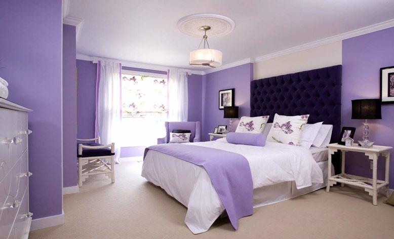 Phòng ngủ màu tím lavender với đồ nội thất màu trắng