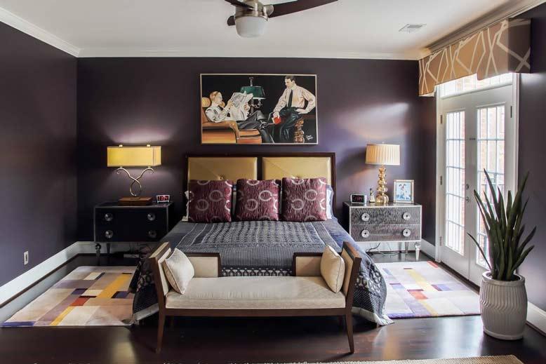 Phòng ngủ màu tím kết hợp tranh treo tường