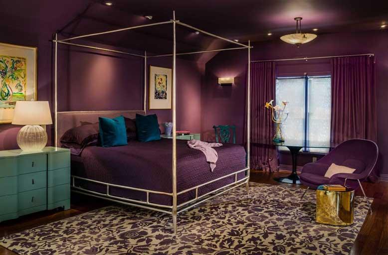 Thiết kế phòng ngủ với các đồ dùng chủ đạo là màu tím