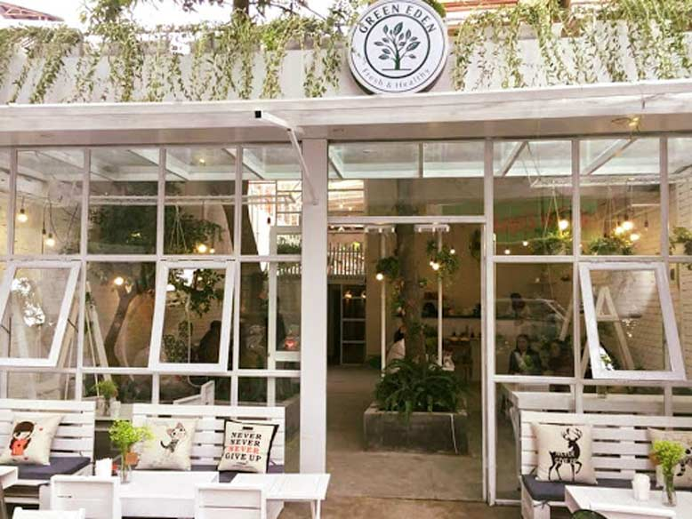 Thiết kế nội thất quán cafe hướng theo phong cách tươi trẻ được trang trí bằng nhiều loại cây xanh