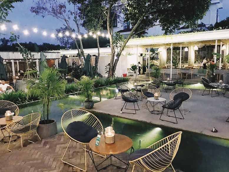 Thiết kế quán cafe sân vườn đẹp thu hút khách hàng cần phải biết bố trí cây xanh hợp lý