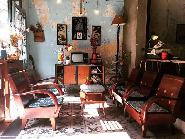 Quán cafe phong cách cổ điển với đồ nội thất đậm chất Việt Nam thời bao cấp xưa