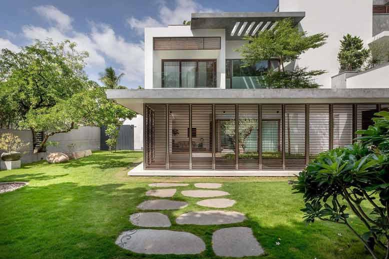 Tham khảo biệt thự mini 2 tầng mái bằng với vườn cây xanh mát
